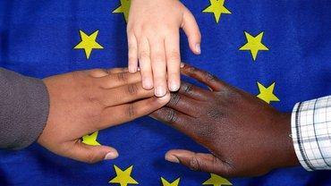 Verschiedene Hautfarben auf Europaflagge