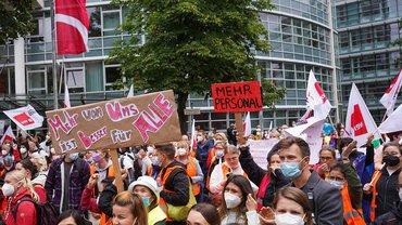 Hunderte Pflegekräfte und andere Beschäftigte nehmen an einer Kundgebung vor der Vivantes-Zentrale teil. An den landeseigenen Krankenhäusern Vivantes und Charité in Berlin läuft seit dem 23.08.21 ein dreitägiger Streik der Beschäftigten